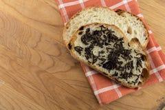 La mirada abajo en el chocolate asperja en el pan cortado Fotos de archivo libres de regalías