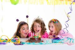 La mirada de la fiesta de cumpleaños de las muchachas del niño de los niños excitó la torta de chocolate Foto de archivo libre de regalías