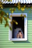 La mirada de la novia en la ventana Imagen de archivo libre de regalías