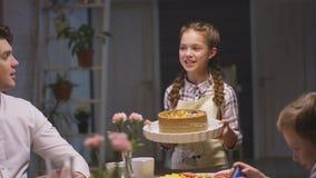 La mirada de los pares en la muchacha del teléfono trae la empanada para alimentar a la familia almacen de video