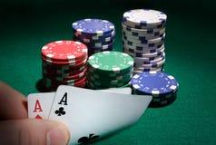La mirada del bolsillo aces durante un juego de póker. fotos de archivo