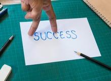 La mirada del finger de la mano le gusta la acción que camina en el papel del texto del éxito Imágenes de archivo libres de regalías