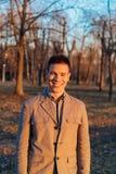 La mirada del hombre joven elegante y hermoso Fotos de archivo libres de regalías