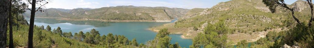 La mirada panorámica del lago de la montaña Fotos de archivo libres de regalías