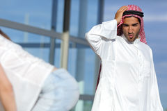 La mirada árabe del hombre sorprendió un extremo atractivo de la muchacha en la calle Foto de archivo