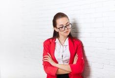 La mirada seria del trastorno de la empresaria abajo reflexiona el pensamiento rojo de los vidrios de la chaqueta del desgaste Imagenes de archivo