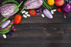 La miscela degli agricoltori freschi commercializza la verdura da sopra sul bordo di legno anziano con lo spazio della copia Fond Immagine Stock Libera da Diritti