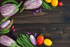 La miscela degli agricoltori freschi commercializza la verdura da sopra sul bordo di legno anziano con lo spazio della copia Fond Immagini Stock Libere da Diritti