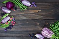La miscela degli agricoltori freschi commercializza la verdura da sopra sul bordo di legno anziano con lo spazio della copia Fond Immagini Stock