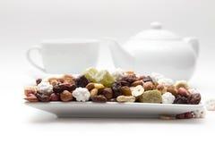 La miscela dei dadi ed i frutti secchi sono sul piatto Fotografie Stock Libere da Diritti