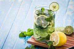 La miscela infusa dell'acqua del cetriolo, il limone e la menta coprono di foglie Fotografie Stock