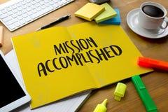 La misión logró negocio a Drea orgulloso y grande del éxito de la meta imagenes de archivo
