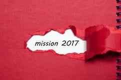 La mission 2017 de mot apparaissant derrière le papier déchiré Photos libres de droits