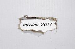 La mission 2017 de mot apparaissant derrière le papier déchiré Image libre de droits