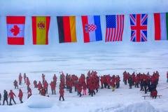 La missione è più: le bandiere di tutti i paesi partecipanti tremano al polo nord Guardie della parte posteriore contro gli orsi  Fotografie Stock