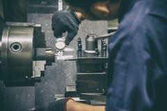La misura dell'operatore del tornio il diametro interno di metallo si separa il calibro a nonio fotografia stock