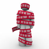 La misura per essere uomo legato avvolto in nastro ha frustrato sollecitato Fotografia Stock