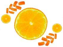 La mitad cortó naranjas y las cáscaras de naranja se adornan en el fondo blanco imagen de archivo libre de regalías