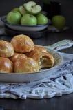 La mitad de manzanas coció en la pasta, bollos con las manzanas Fotos de archivo libres de regalías