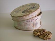 La mitad del tarro de galletas del vintage abrió - la disposición diagonal foto de archivo libre de regalías