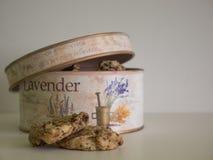 La mitad del tarro de galletas del vintage se abrió fotos de archivo libres de regalías
