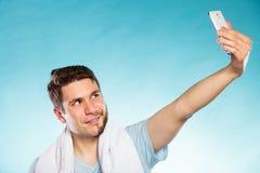 La mitad feliz afeitó al hombre que tomaba la foto del uno mismo del selfie Fotografía de archivo