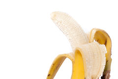 La mitad peló el plátano aislado en la trayectoria de recortes blanca Fotos de archivo