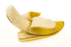 La mitad peló el plátano aislado en un fondo blanco Foto de archivo
