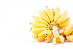 La mitad peló el plátano del huevo y la mano dos de plátanos de oro en la comida sana de la fruta de Pisang Mas Banana del fondo  Fotografía de archivo