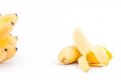 La mitad peló el plátano y plátanos de oro maduros en la comida sana de la fruta de Pisang Mas Banana del fondo blanco aislada Imagen de archivo libre de regalías