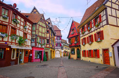 La mitad tradicional enmaderó casas en Colmar, Alsacia, Francia imagenes de archivo