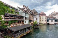 La mitad tradicional enmaderó casas en el La Petite France de Estrasburgo foto de archivo