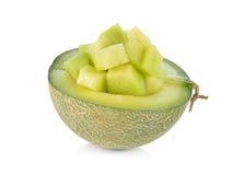 La mitad y la porción cortaron el melón de ligamaza maduro en blanco Imagenes de archivo