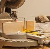 La mitre de précision a vu coupe dedans le travail du bois Photos libres de droits