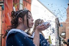 La Mlle carnaval respirent sur des confettis pendant le défilé Photos libres de droits