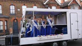 La Mlle transmettent par radio la reconstitution historique de concours de beauté d'invicta dans le carnaval de rue banque de vidéos