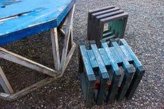 La mobilia all'aperto ha battuto dai bordi fotografia stock