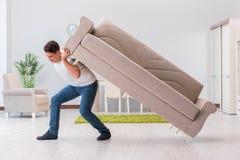 La mobilia commovente dell'uomo a casa Immagine Stock