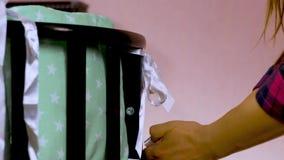 La mobilia di legno dei bambini pieganti, le culle, greppia, appoggia Costruisca la mobilia - culla di bambino archivi video