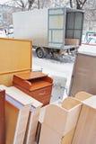 La mobilia sta all'aperto vicino al camion Fotografia Stock