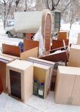 La mobilia sta vicino al camion all'aperto Fotografia Stock