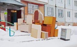 La mobilia sta vicino all'entrata della casa Fotografia Stock Libera da Diritti