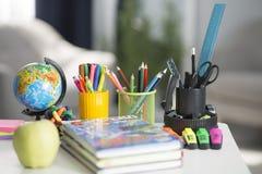 La mochila de la escuela está en la tabla Fuentes de escuela fotos de archivo