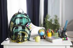 La mochila de la escuela está en la tabla Fuentes de escuela Fotografía de archivo libre de regalías