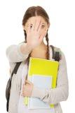 La mochila de la muchacha del adolescente hace gesto de la parada Fotos de archivo