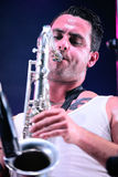 La Moda (带)在Bime节日的实况音乐展示的萨克管演奏员 库存图片
