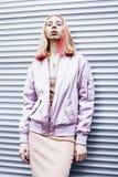 La moda bonita joven vistió la presentación del adolescente del blong amistosa Fotografía de archivo libre de regalías