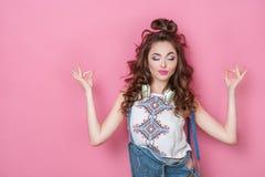 La moda bonita que la muchacha sonriente fresca con los auriculares hechos punto empaqueta llevar ropa colorida con el pelo rizad Fotografía de archivo libre de regalías