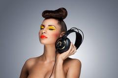 La moda de los auriculares. Imagen de archivo libre de regalías