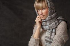 La moda del invierno tiró de una muchacha hermosa con de largo Foto de archivo libre de regalías